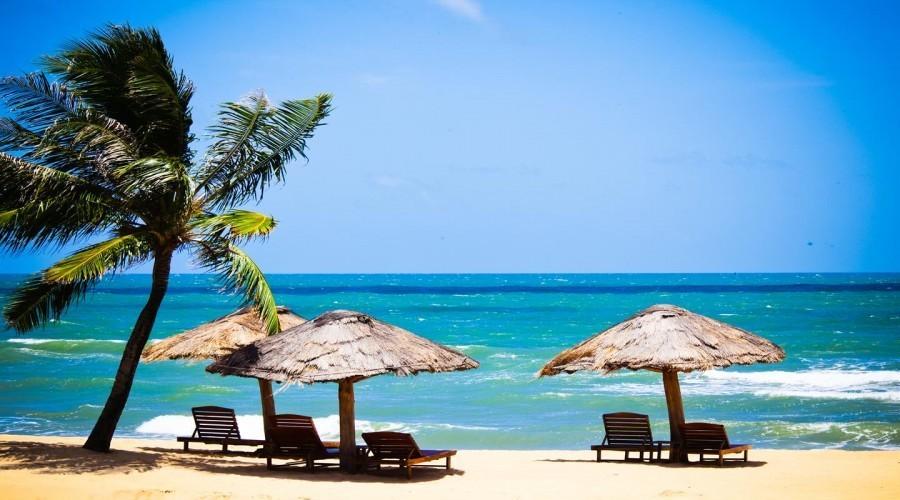 Nằm đầu tiên trong danh sách các địa điểm tham quan siêu hot ở Kiên Giang đó chính là hòn đảo Phú Quốc xinh đẹp. Với lợi thế về thời tiết, nước biển trong xanh cùng những bãi cát trắng mịn và nhiều món ăn ngon thì du khách mỗi năm lại đổ về Phú Quốc càng nhiều.