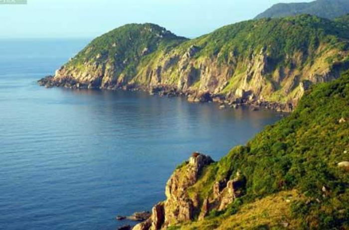 Hòn Tre là một hòn đảo nhỏ nằm ở gần Rạch Giá thích hợp cho những bạn muốn đi câu cá, chụp ảnh, ăn hải sản và vui chơi trong thời gian ngắn. Vì hòn Tre nằm gần Rạch Giá nên vé tàu ra đảo hòn Tre chỉ khoảng 60k – 70k/lượt thôi nhé! Nước biển ở hòn Tre không được xanh và trong như ở đảo Phú Quốc nhưng bù lại phong cảnh hoang sơ lạ lùng làm cho dân phượt hoàn toàn bị chinh phục.